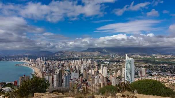 Časová prodleva Benidorm s vysokými budovami, hory a moře