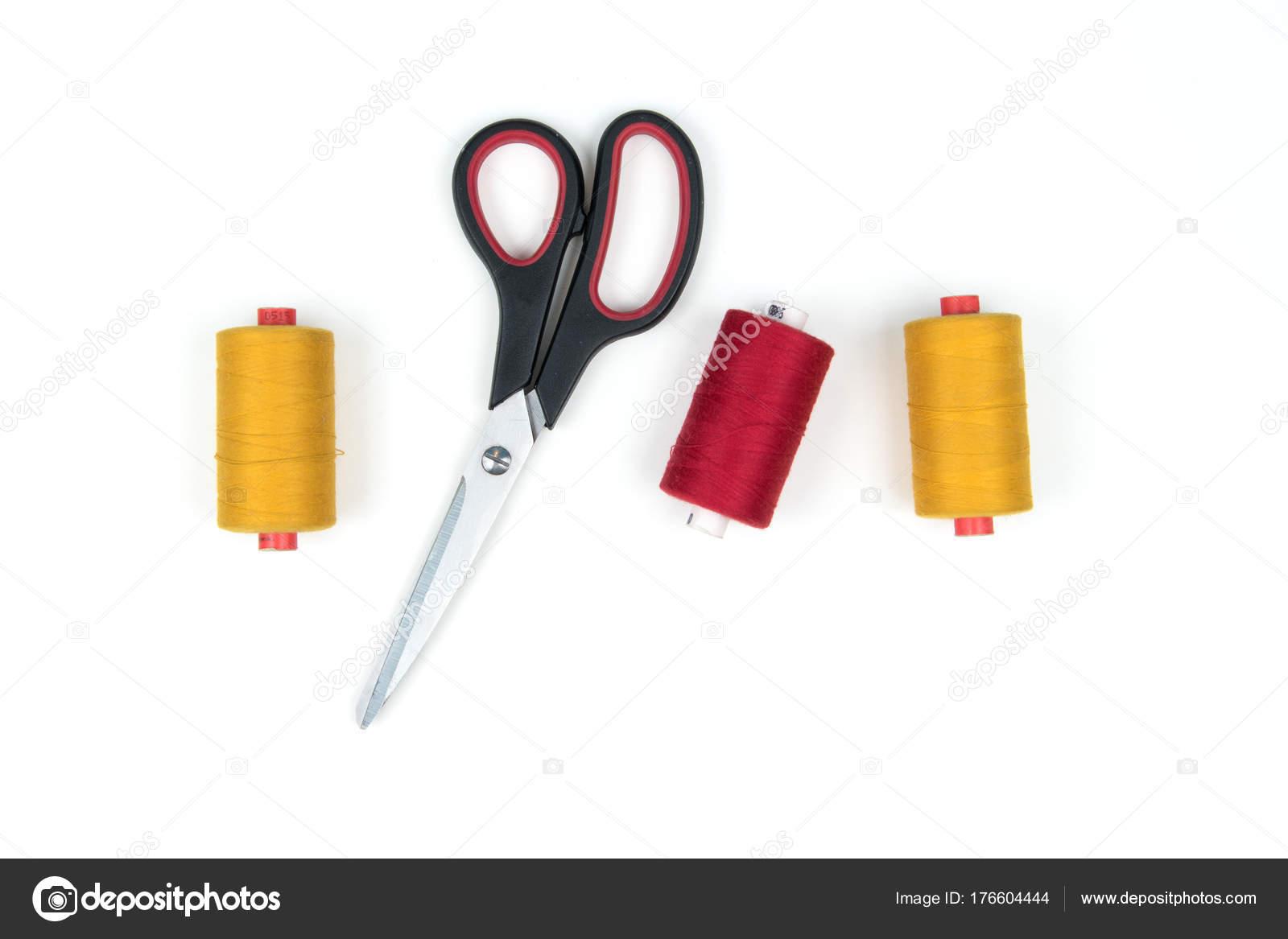 Tres Bobinas Hilo Coser Color Con Unas Tijeras Metal Sobre — Foto de ...
