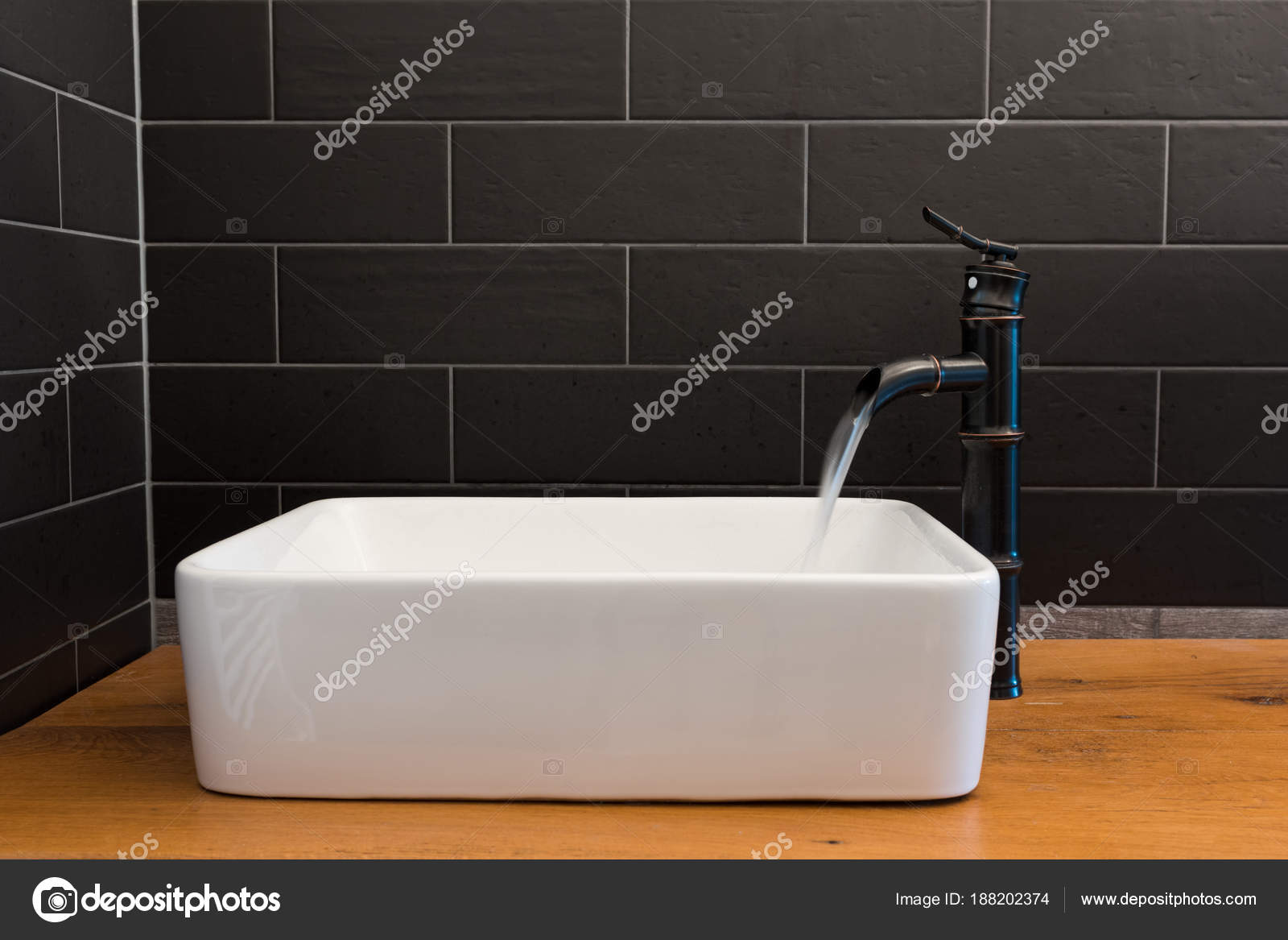 Modern Wit Vierkant Wastafel Badkamer Met Zwarte Tegels Zwarte Kraan ...