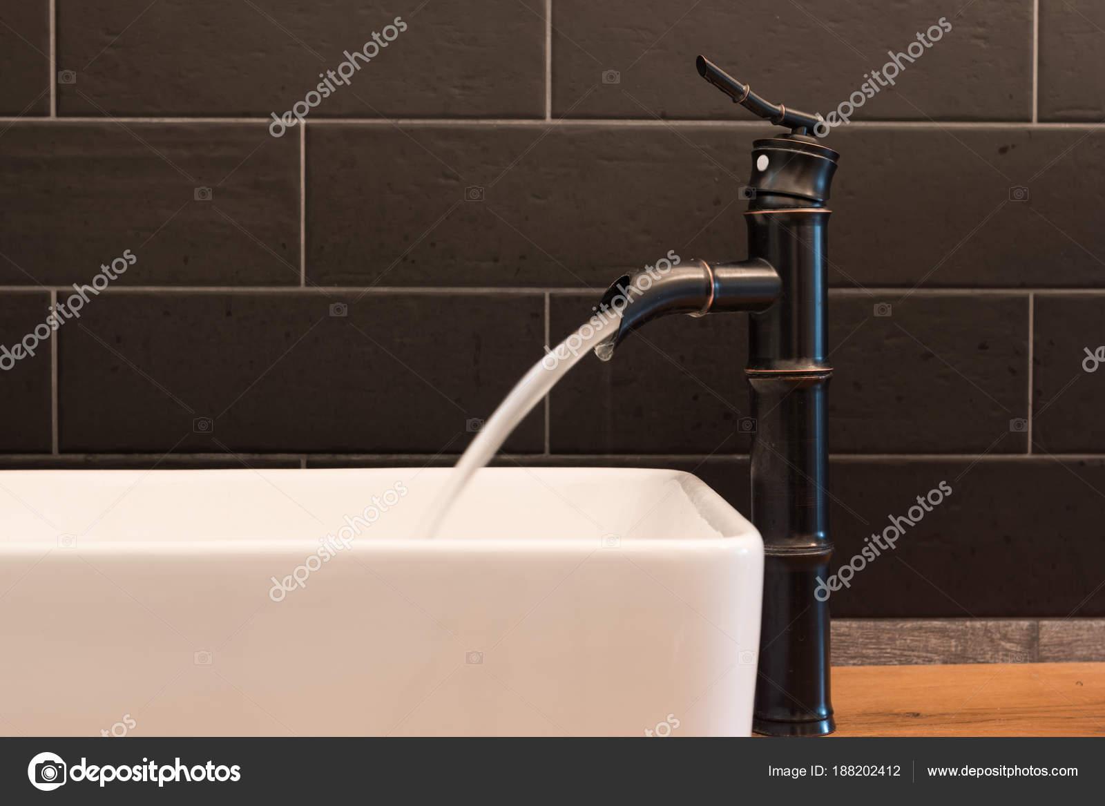 Modernes Weißes Quadrat Waschbecken Bad Mit Schwarzen Fliesen Und Schwarzer  U2014 Stockfoto