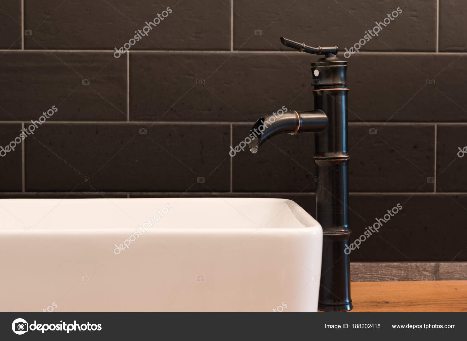 Quadrato bianco moderno lavandino bagno con piastrelle nere