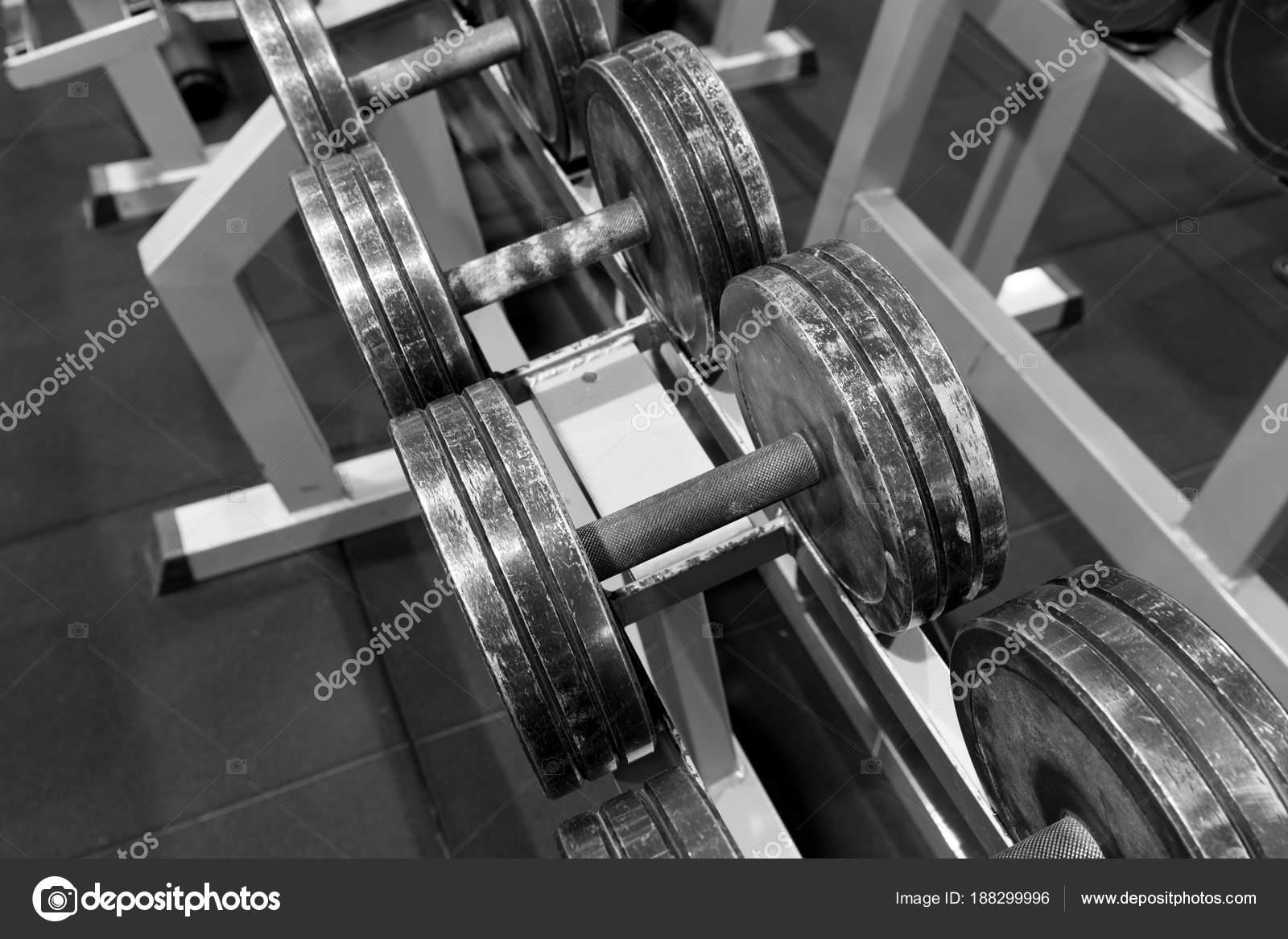 Gebrauchte Metall Hanteln Auf Einem Gestell Ein Fitness Studio Sport ...