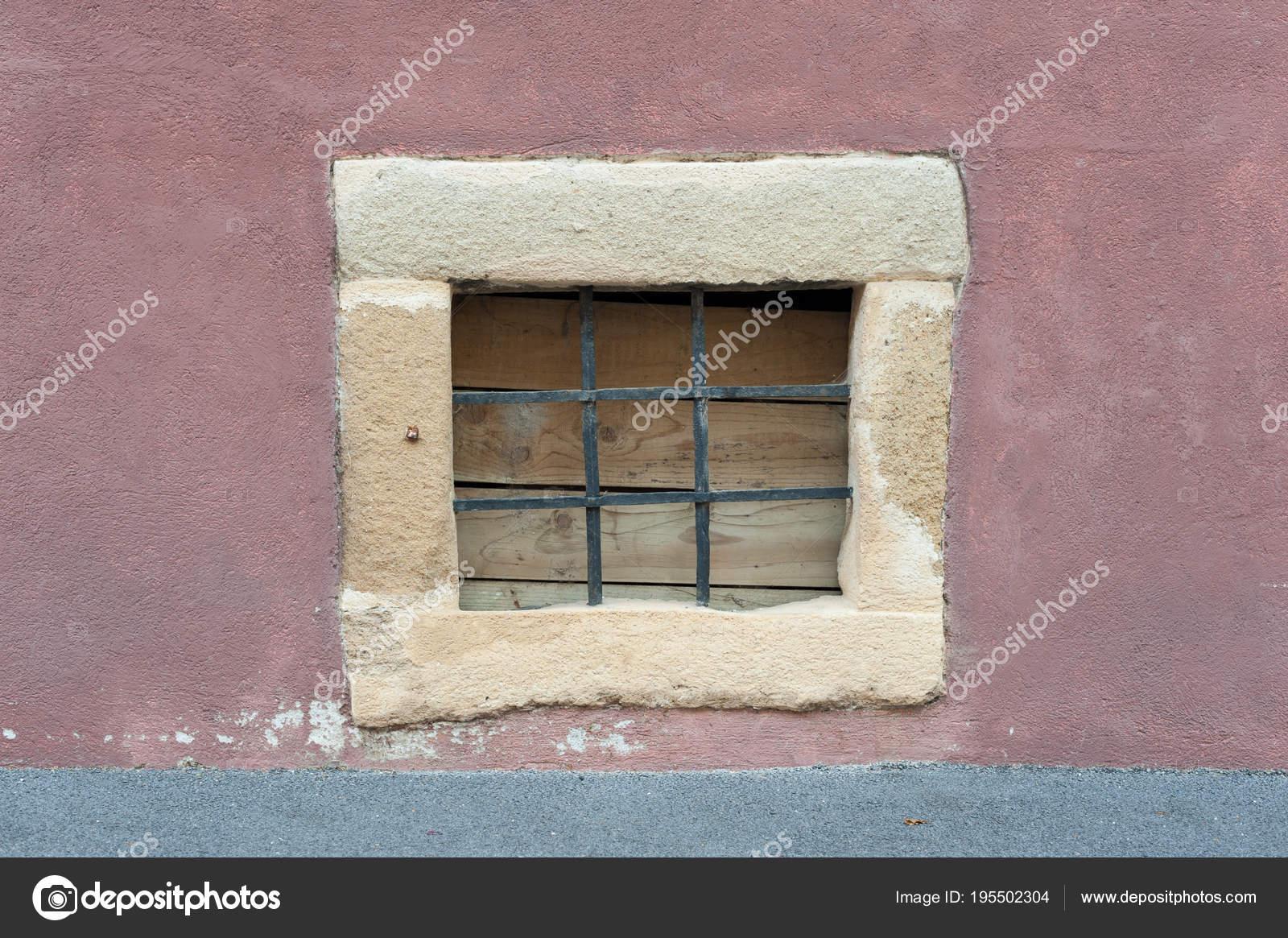 Kleine Stein Rahmen Fenster Mit Schwarzen Metall Stangen Auf Roten ...