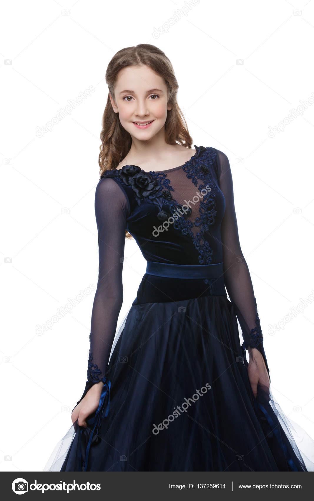 4b767de867b56a Красиві підлітка танцівниці бальних з довгим світлим волоссям в довгі темні  Синє плаття. Ізольовані на білому тлі.