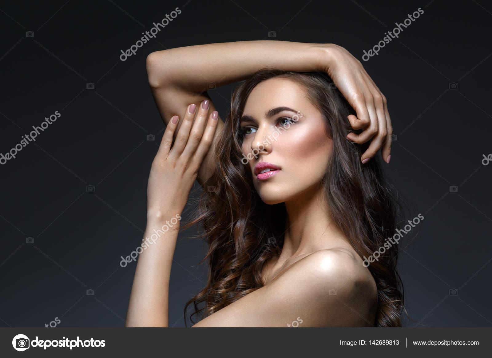 seksualnie-bryunetki-s-gustimi-volosami-foto-golaya-laura-gemser-fotografii