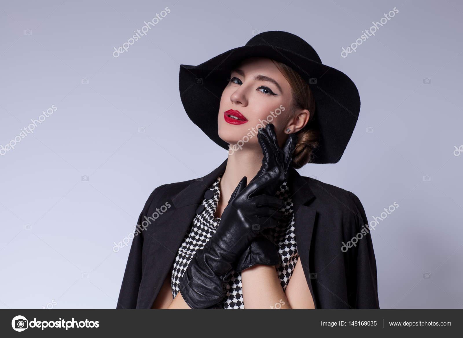 fa815d35164b Bella giovane donna con make-up labbra rosse in retro vestito in bianco e  nero