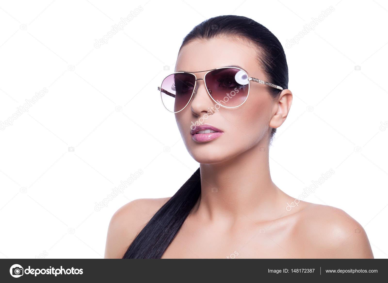 289f44e3fe Όμορφη μελαχρινή νεαρή γυναίκα σε γυαλιά ηλίου. Απομονωμένα σε λευκό φόντο.  Χώρο αντίγραφο — Εικόνα από ...