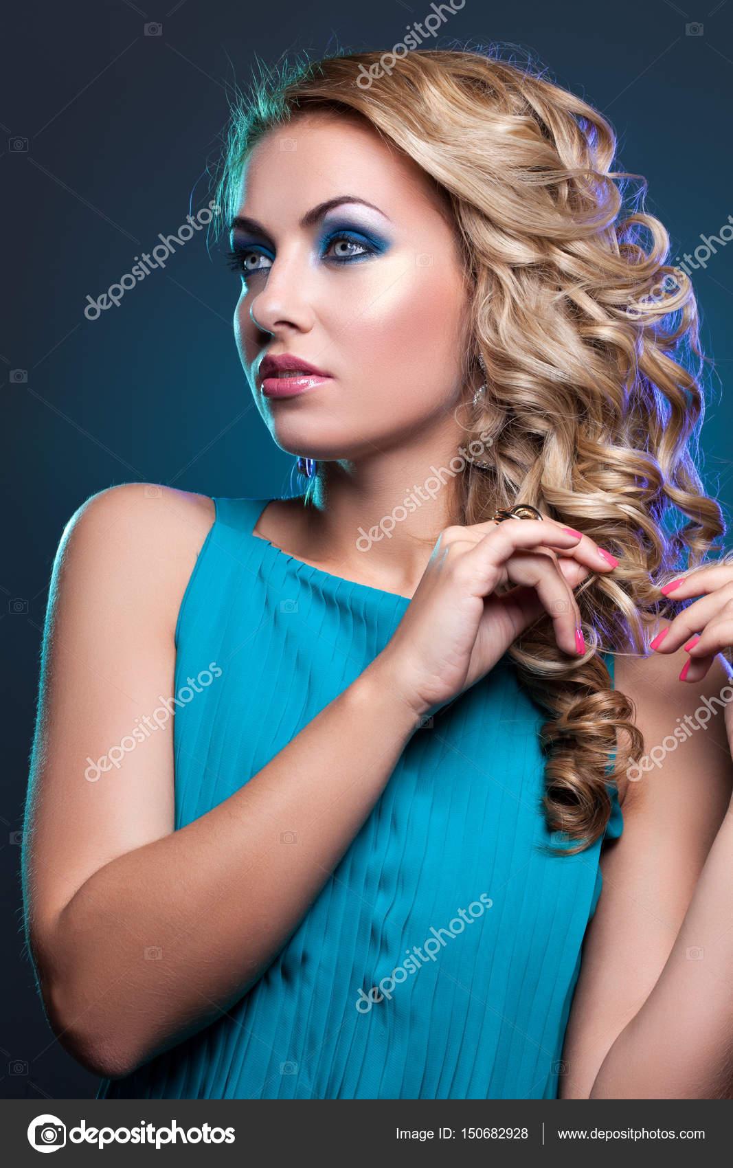 Vestido Turquesa Maquillaje Hermosa Chica En Vestido Azul