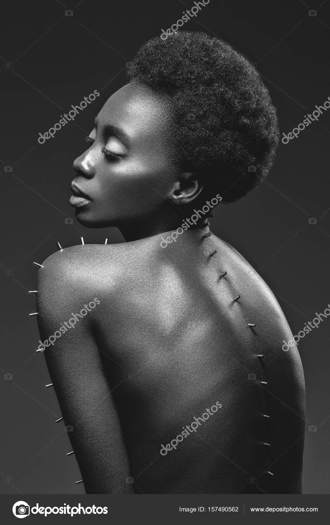Schöne nackte schwarze Mädchen