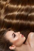 szép hosszú barna hajú lány