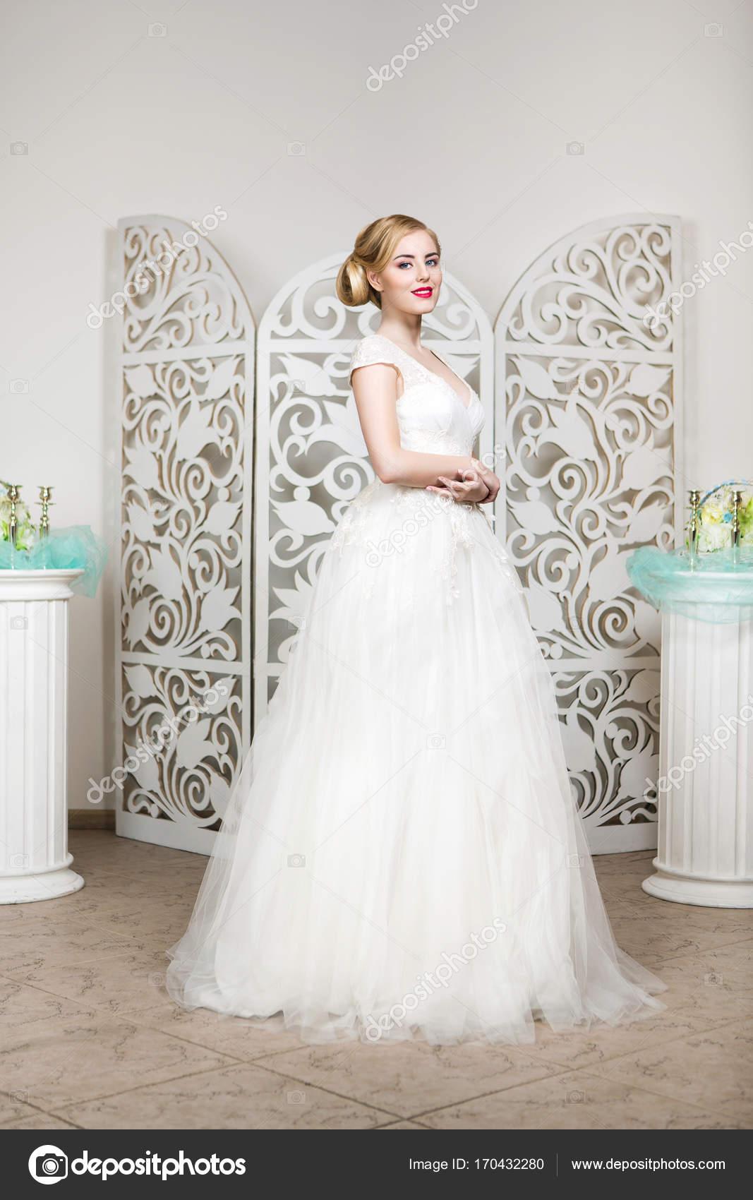 Schone Madchen In Hochzeitskleid Stockfoto C Svetography 170432280