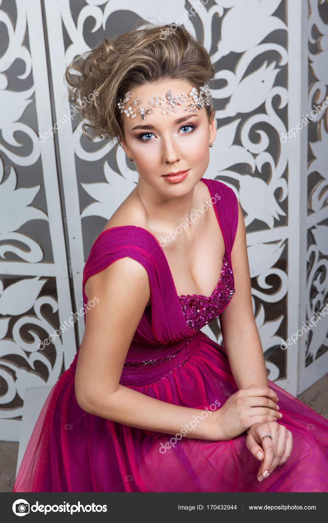 hermosa chica en vestido de novia — Foto de stock © Svetography ...
