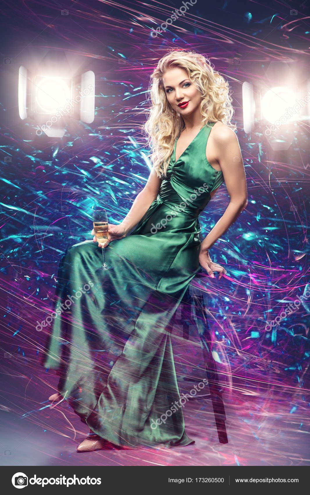 hermosa chica en vestido de noche, rodeado de luz — Foto de stock ...