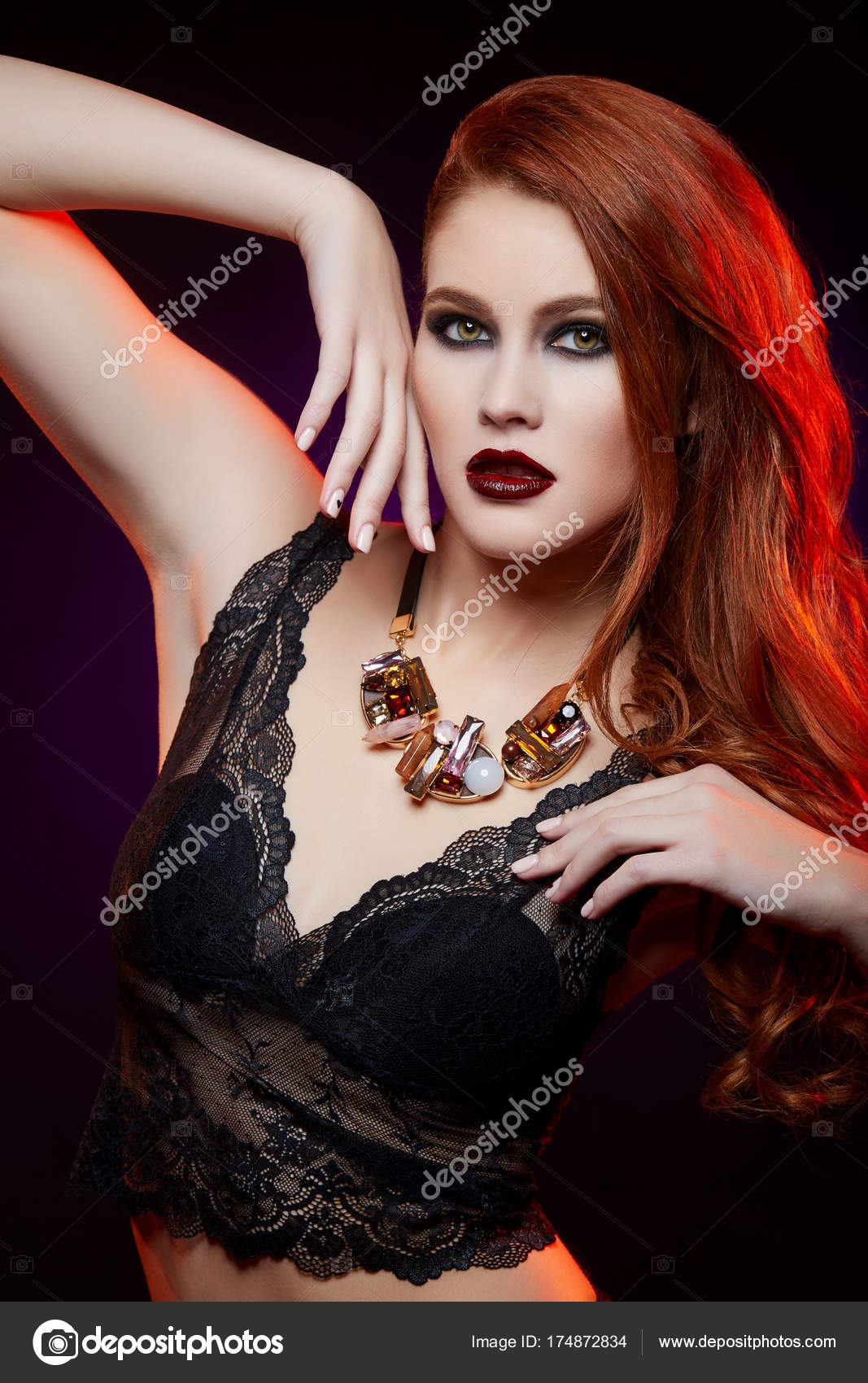 Mooi Meisje Met Lichte Make Up En Rood Haar Stockfoto