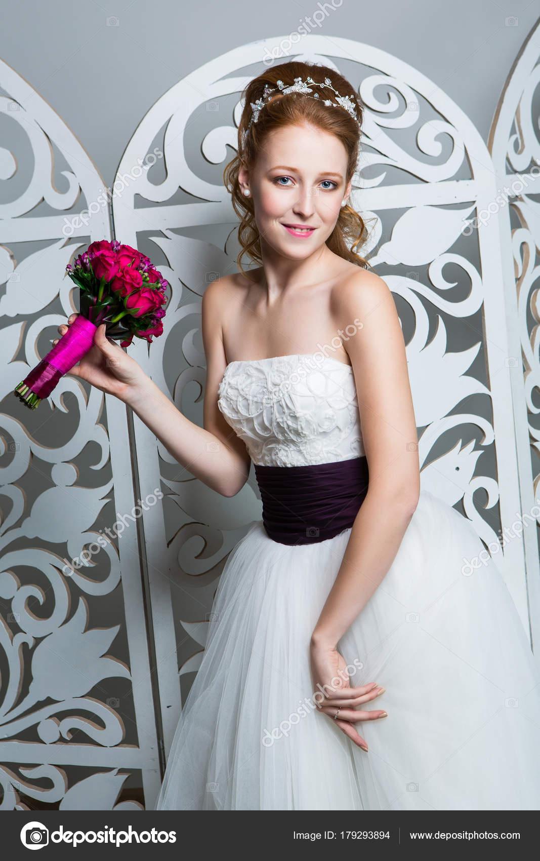 Schone Madchen In Hochzeitskleid Stockfoto C Svetography 179293894