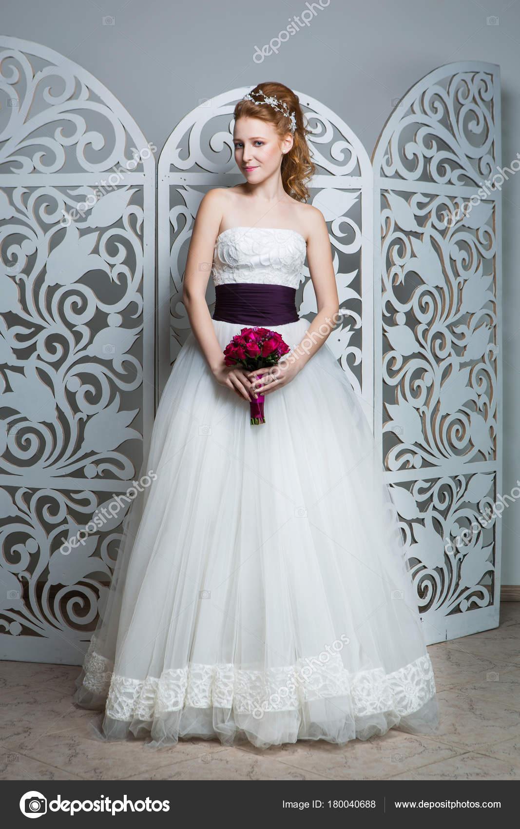 Schone Rote Haare Junge Frau Weissen Hochzeitskleid Mit Breiten