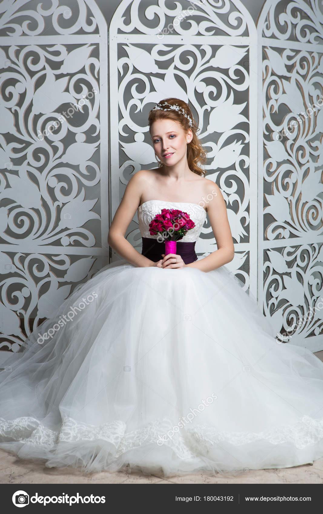 Schöne Rote Haare Junge Frau Weißen Hochzeitskleid Mit Breiten ...