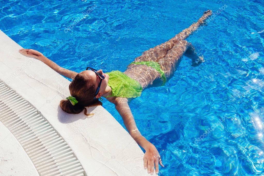 Teen mädchen entspannen in der Nähe von Schwimmbad