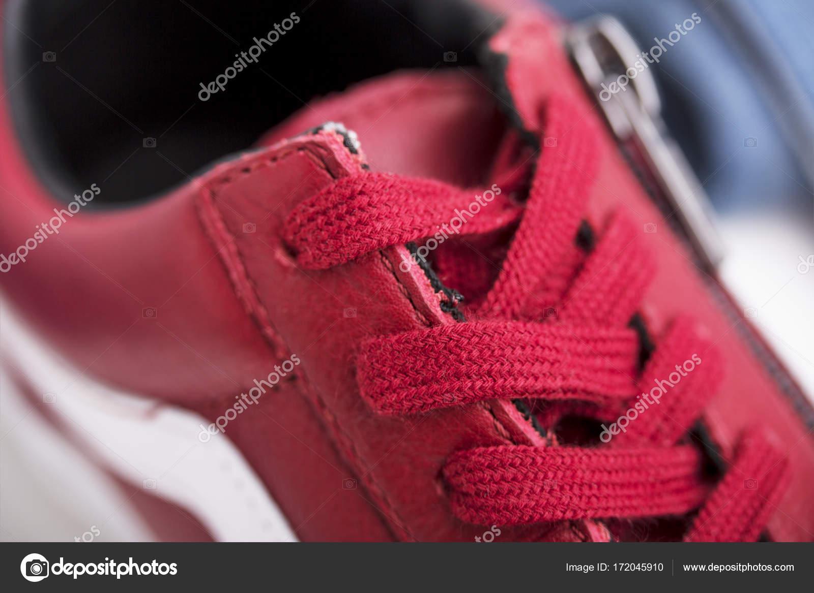3a8c0ad90a Divat cipők a filléres. Piros cipő és cipőfűző elszigetelt fehér background  — Fotó szerzőtől ...