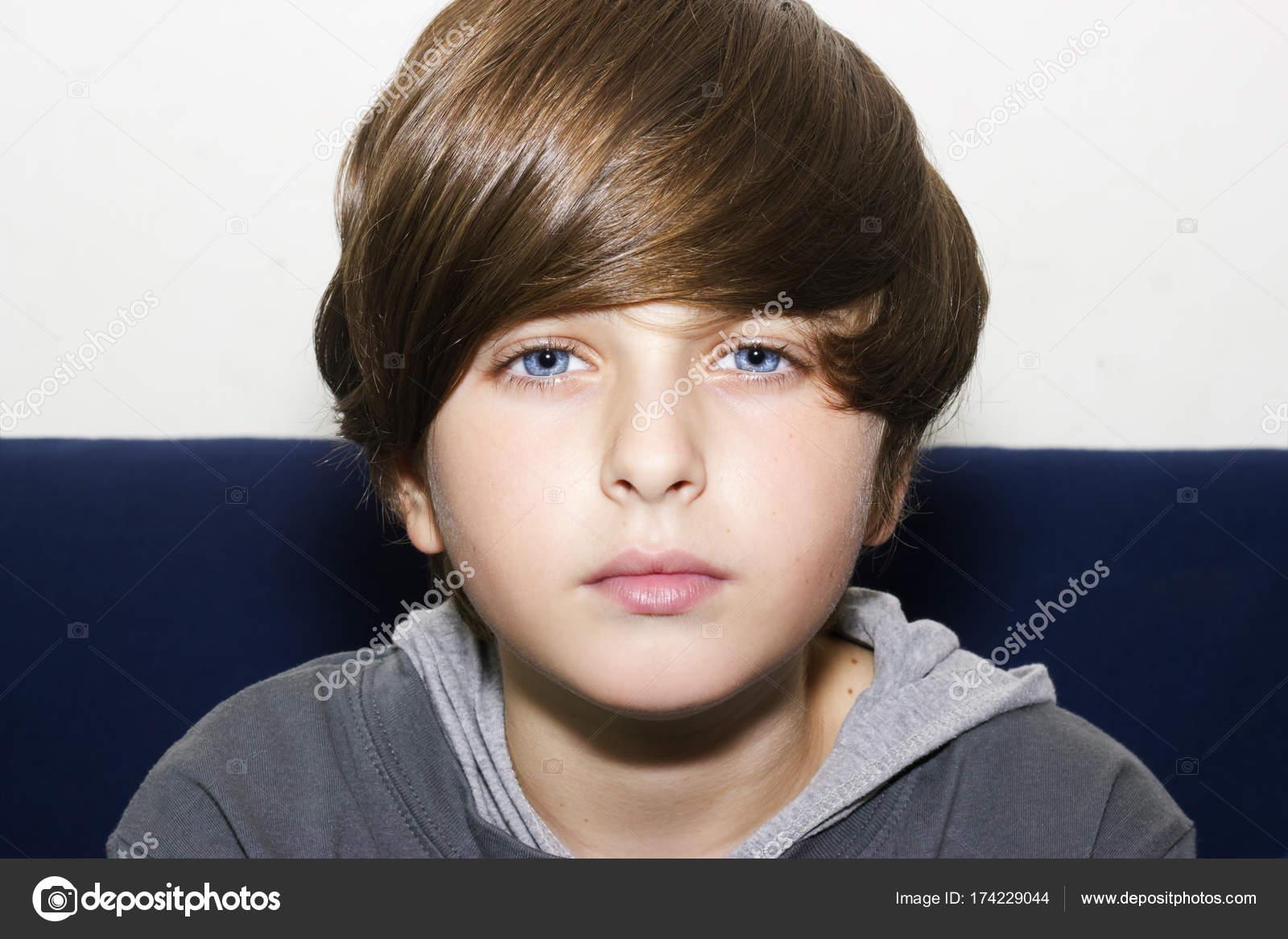 chico de ojos azules