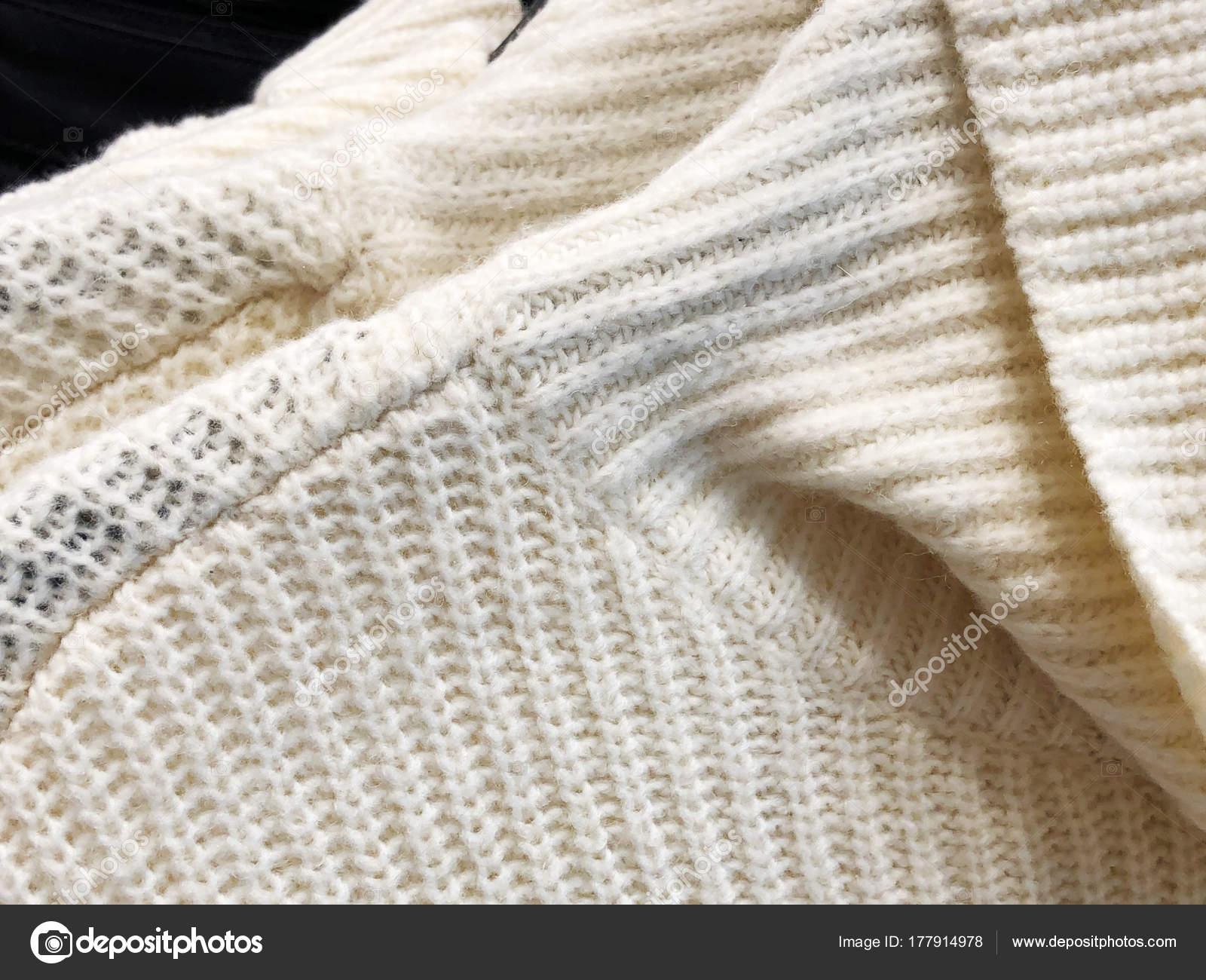 eac804cb0d Γυναικεία πουλόβερ σε κρεμάστρα στην αποθήκη. Ρούχα που κρέμονται σε ένα  ράφι σε ένα κατάστημα ρούχων — Εικόνα από ...