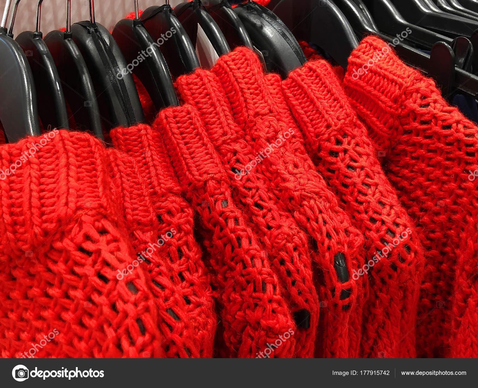 2777780aa4 Γυναικεία πουλόβερ σε κρεμάστρα στην αποθήκη. Ρούχα που κρέμονται σε ένα  ράφι σε ένα κατάστημα ρούχων — Εικόνα από Viculia