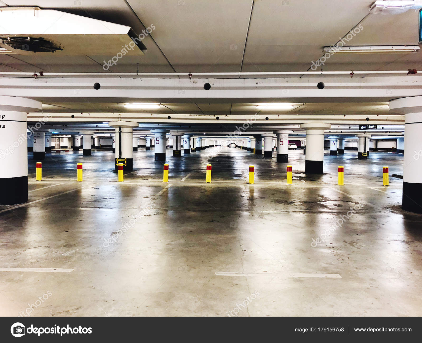 place de parking souterrain néons intérieur, garage sur sombre