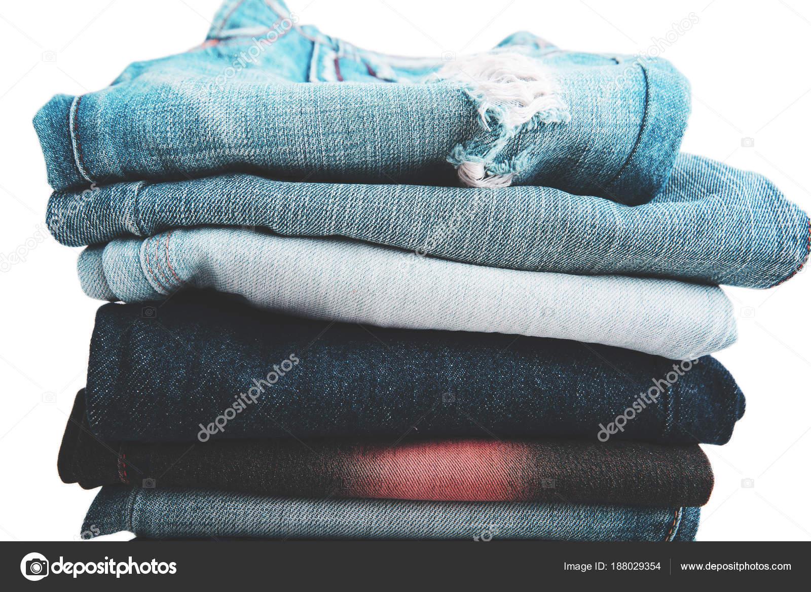 4c276531 Стек сложенной одежды, синие джинсы штаны, темно синий джинсовые брюки на  белом фоне —