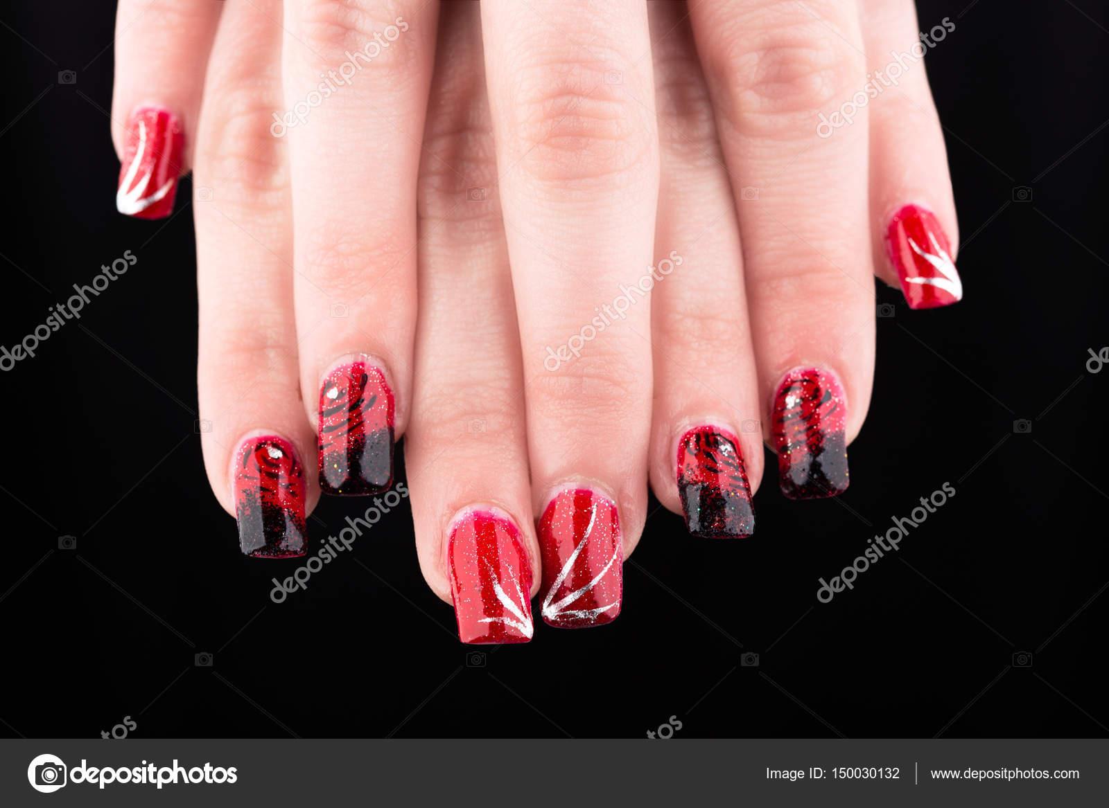 gemalte Muster auf die Nägel der Hände — Stockfoto © fotomark #150030132