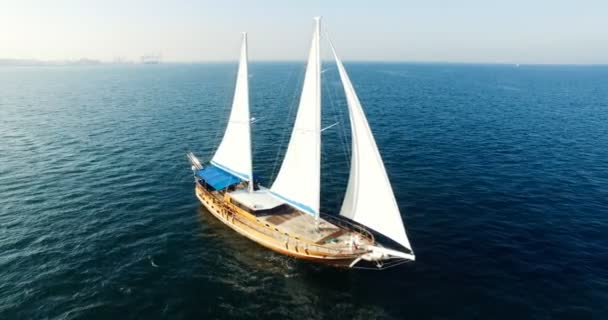 A Palinuro Vitorlás Hajó légi kilátása a tengeren