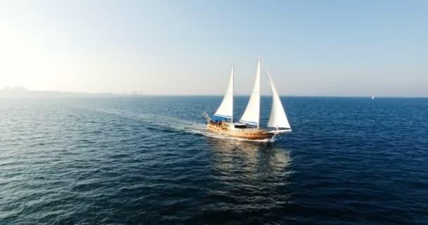 Plachetnice, navigace s otevřenou plachty v moři