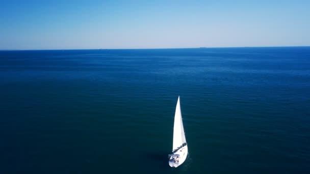 Jachta plachty na řece Dron létá kolem jachty