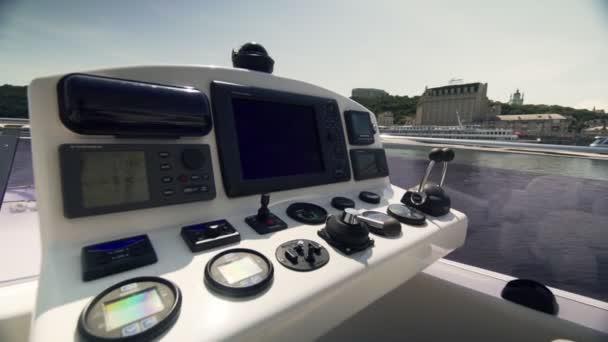 Luxusreisen. Innenraum einer modernen Motorjacht.