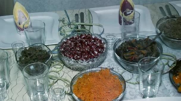 insalate sul tavolo festivo