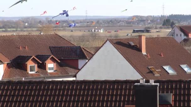 draci stoupat nad střechami domů