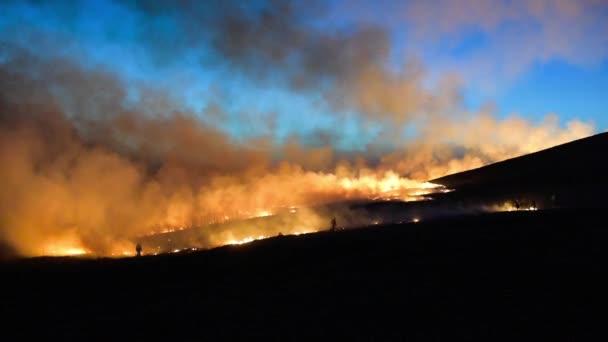 Lesní požár na obloze na pozadí