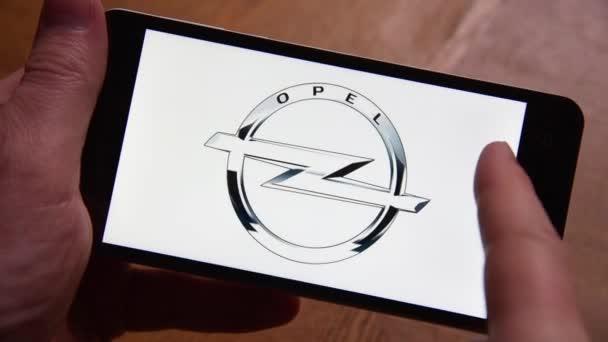 Novokuzněck, Rusko - 23 září 2017: člověk podívá na loga výrobců automobilů na smartphone