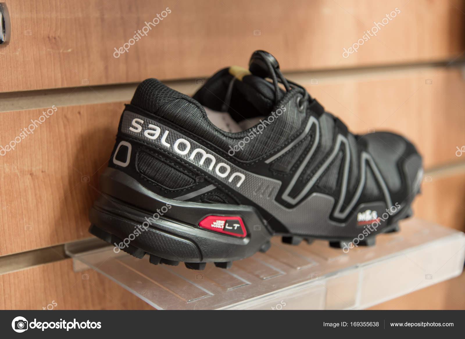 35a22e713db7 Новокузнецк, Россия - 30 августа 2017  Макро Саломон логотип на обуви —  Фото автора Konstantinp