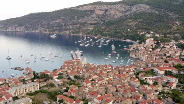 Přímořské město Komiža na ostrově Vis, Chorvatsko v Dalmácii letectvo z dronu