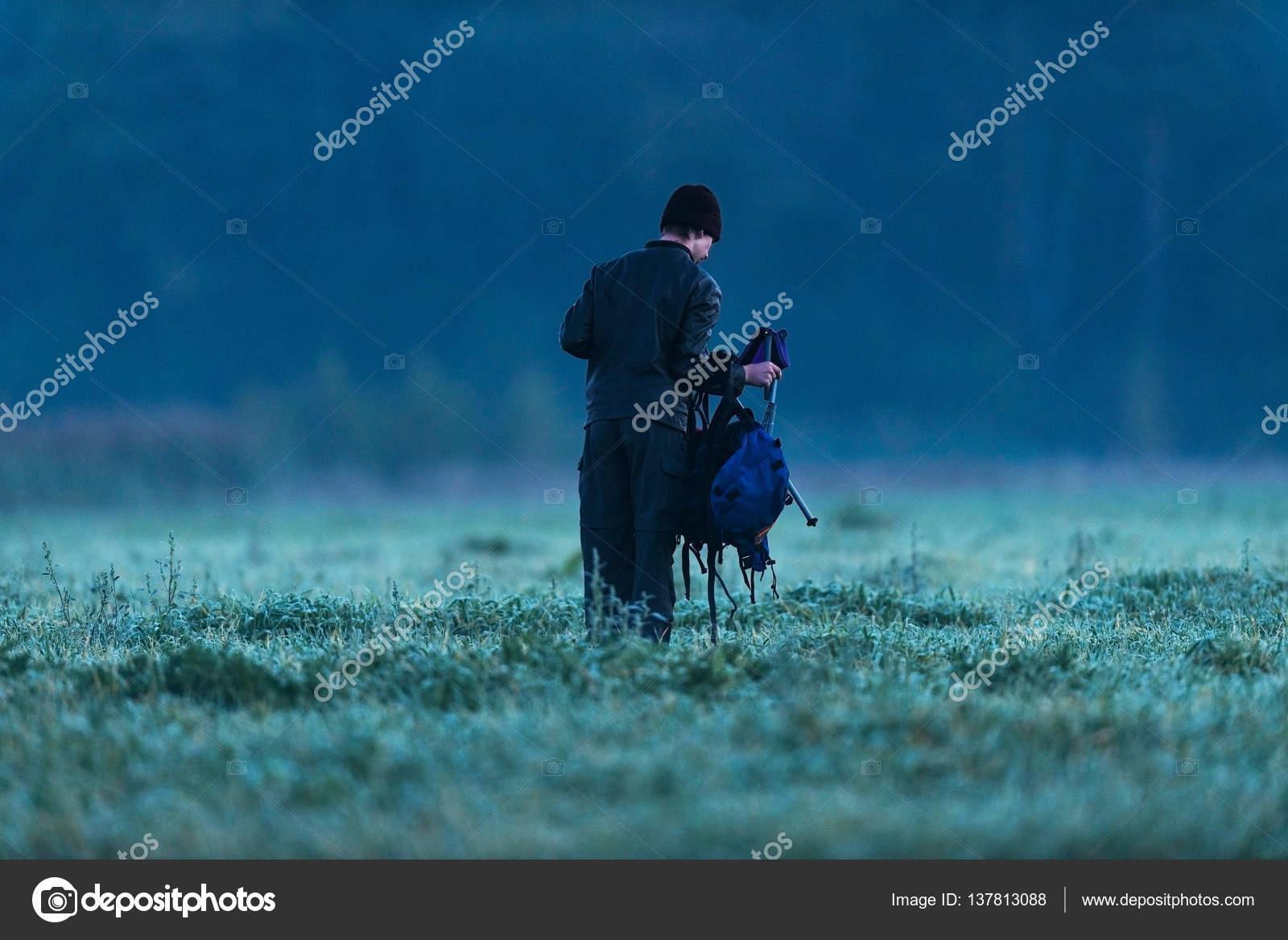 Giovane che cammina con lo zaino u foto stock ysbrand