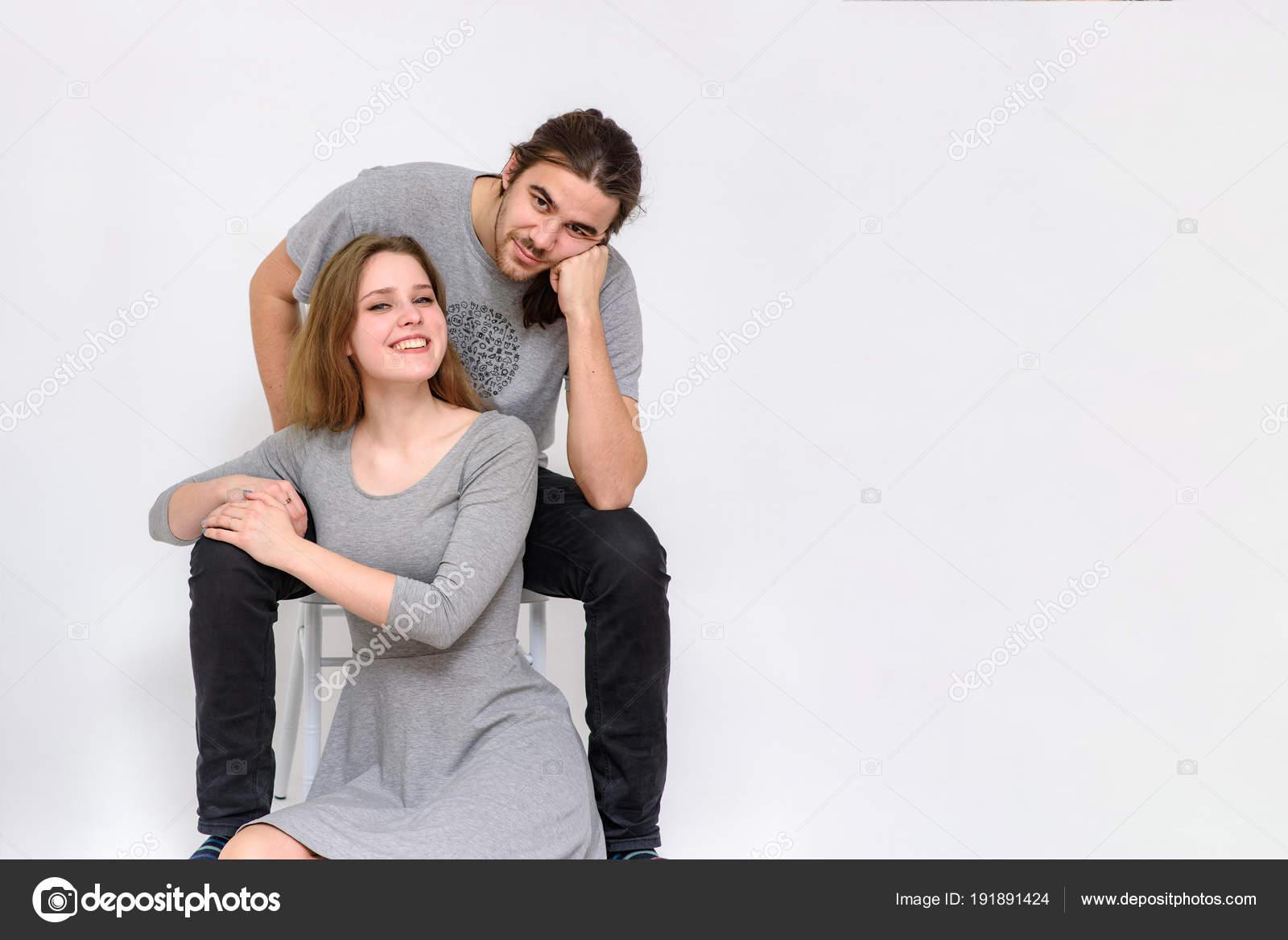 Güzel Genç Erkek Kadın Bir Sandalye Farklı Pozlar Katında Oturuyor
