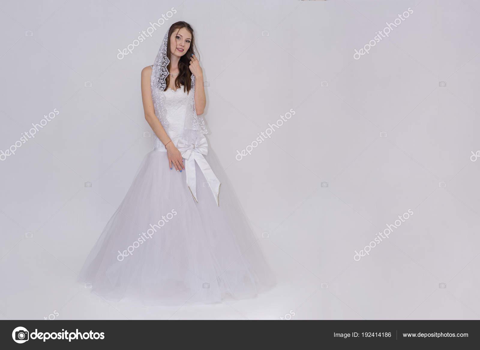 Schone Braut Weissen Hochzeitskleid Verschiedenen Posen Auf Weissem