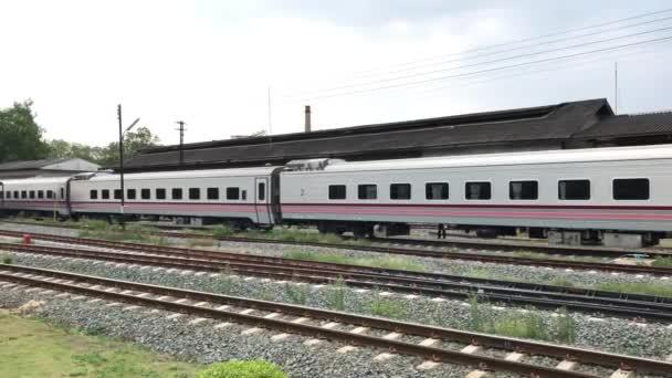Nový osobní automobil z vlaku č.11. Uttaravithi