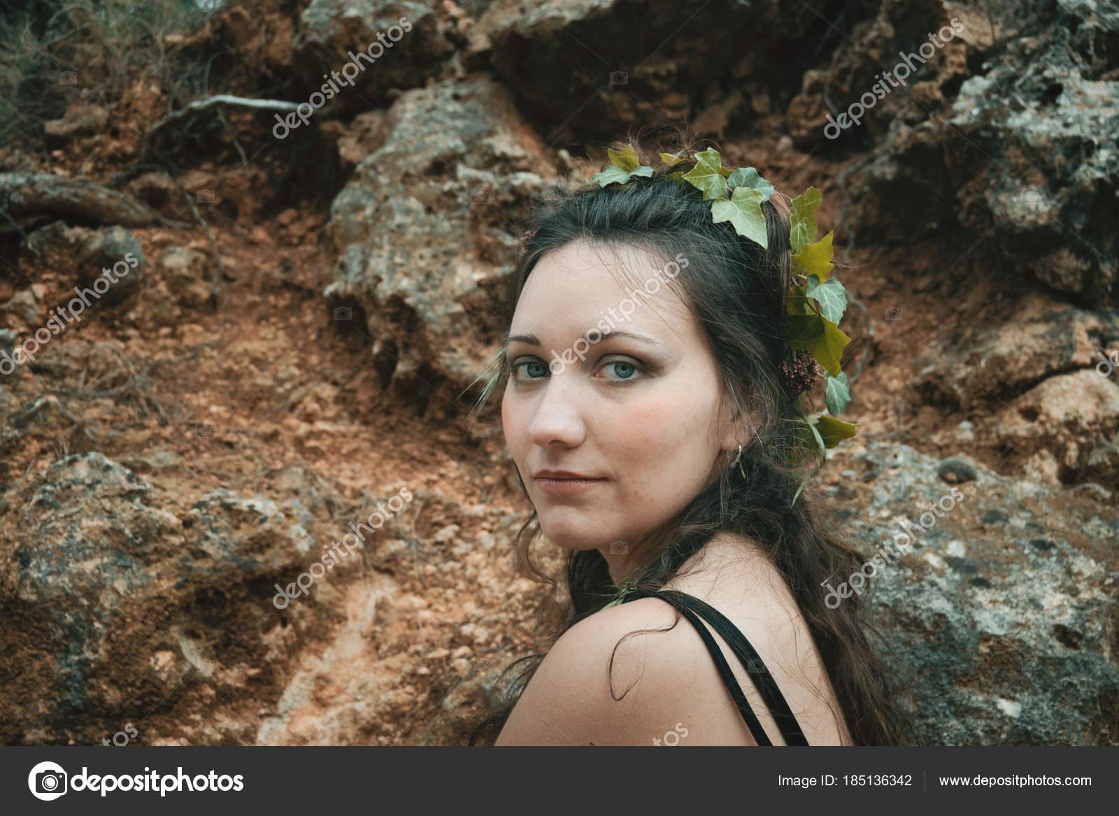 Elfe de la forêt avec des plantes dans les cheveux, maquillage naturel\u2013  images de stock libres de droits