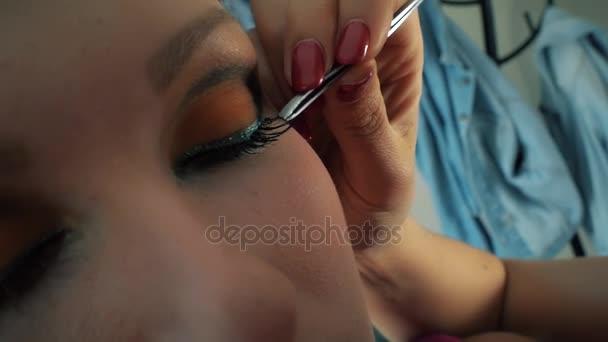 Dívka prodloužení řas v salonu krásy