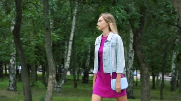 Dívka se projít do parku