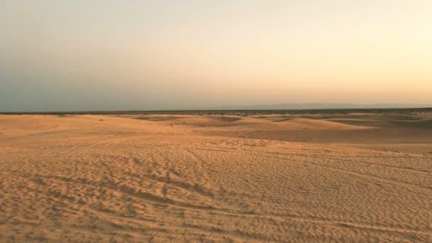 Západ slunce v africké poušti / pouštní krajina, zlatý písek a jasné oblohy. Epický záběr - sám na planetě Mars.