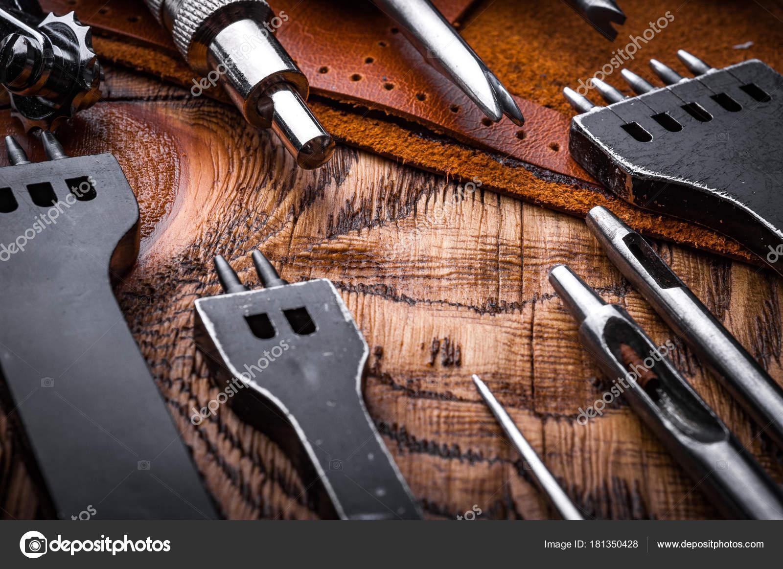 Strumenti Per Lavorare Il Legno : Chiuda sul colpo strumenti professionali lavorare con cuoio