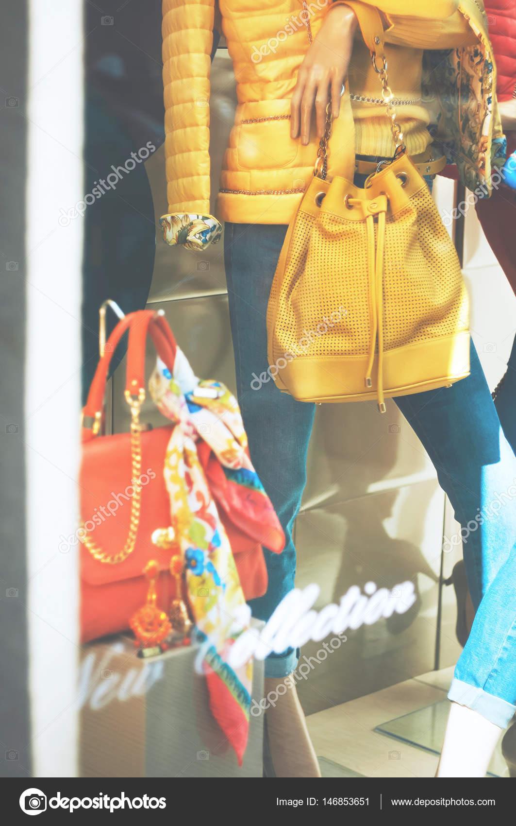 Finestra di visualizzazione di moda boutique con un manichini ... b70653f25a3