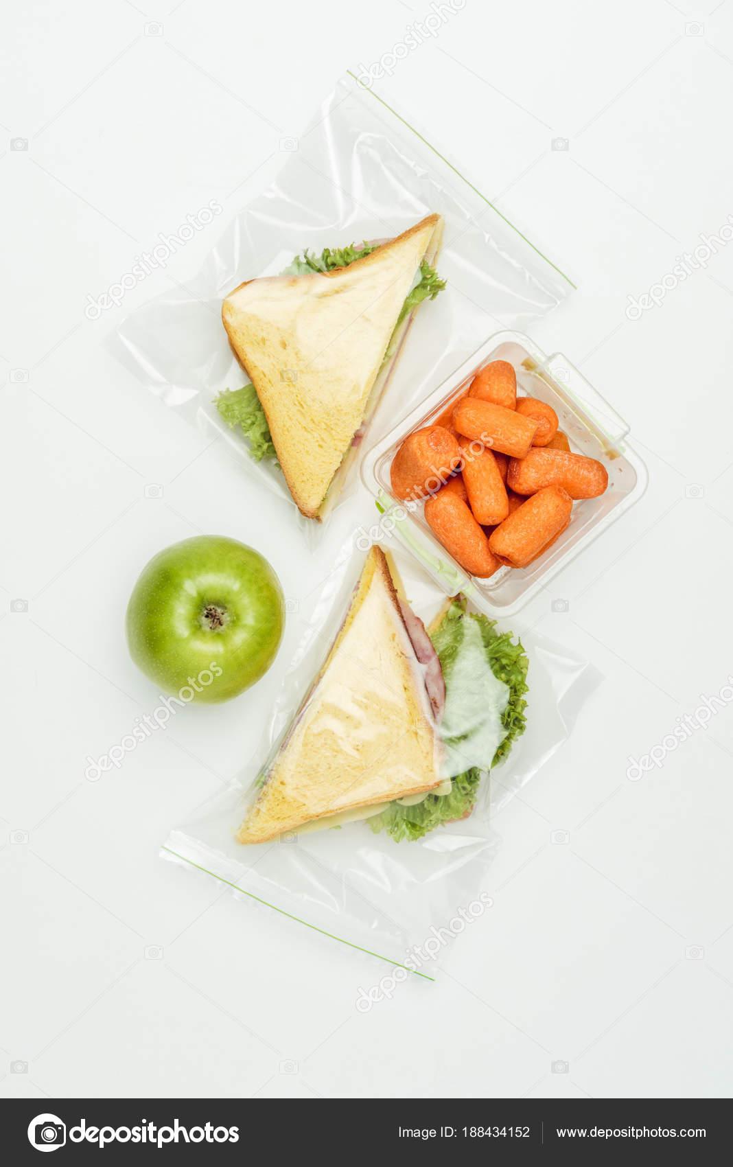 31ed3824e Vista superior de sandwiches en bolsas Ziploc y zanahorias en lonchera  aislado en blanco — Foto de ...